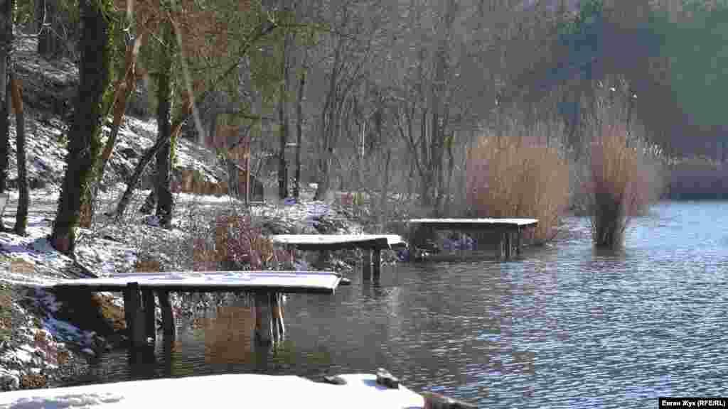 Мостики для рыбалки на Тороповом озере сейчас покрыты снегом