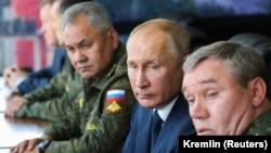 Ռուսաստանի նախագահ Վլադիմիր Պուտինը, պաշտպանության նախարար Սերգեյ Շոյգուն և ԶՈՒ գլխավոր շտաբի պետ Վալերի Գերասիմովը հետևում են զորավարժությունների ընթացքին, արխիվ