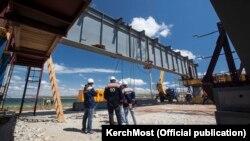 Будівельники розпочали монтаж прольотів моста через Керченську протоку