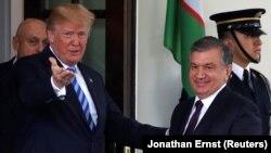 АҚШ президенти Д.Трамп (ч) ва Ўзбекистон президенти Ш.Мирзиёев (ў), Вашингтон, 2018 йилнинг 16 майи.