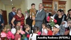 Vilyam Hajıyev uşaqlarla