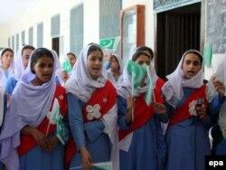 Мектеп оқушылары мемлекеттік мейрам кезінде патриоттық ән айтып тұр. Мингора, Суат, 13 тамыз 2009 жыл