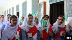 Vajza pakistaneze duke këduar...