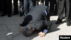 Khalid Meshaal prays, puth tokën pas arritjes në Gaza, 7 dhjetor, 2012