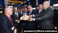 Аляксандар Лукашэнка і Эмамалі Рахмон на вытворчасьці трактароў у Таджыкістане