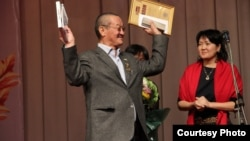 Алым Токтомушев Эшимканов атындагы сыйлыкты жеңип алган, 9-декабрь, 2012-жыл