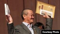 Алым Токтомушев Мелис Эшимканов атындагы сыйлыкты алган учур. Бишкек, 9-декабрь, 2012