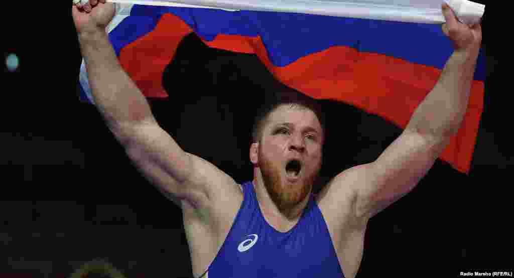 Болтукаев Анзор, паргIат кепан охатохархо, 30 шо, кхушара Европан чемпион ваьлла, дуьненан чемпионатехь йоьзан мидал яьккхина.