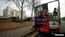 Юсуф Раза Гилани, Беназир Бхутто жана Азиф Али Зардаринин фотопортреттери түшүрүлгөн үгүт унаасы. Жогорку Соттун имаратынын алды. 16-январь 2012