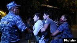 Полиция задерживает протестующих в Ереване, вечер 29 июля 2016