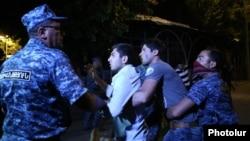 Полиция наразылық шеруіне қатысушыны ұстап жатыр. Ереван, 29 шілде 2016 жыл.