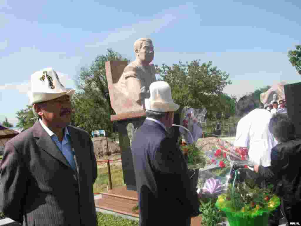 Маркумду эскерүү митингисин Азимбек Бекназаров ачты. - Kyrgyzstan - Memorial Meeting of Dooronbek Sadyrbaev, The Late Former MP, Filam Director. 30May2009