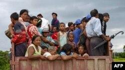 Mьянма. 2017 йил, 25 августда олинган бу суратда Роҳинжа мусулмонлари яшаб турган жойларини тарк этаётган пайт акс этган.