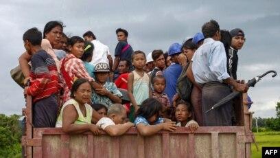 Pjesëtarë të komunitetit mysliman Rohingia duke u largua nga dhuna në Mianmar