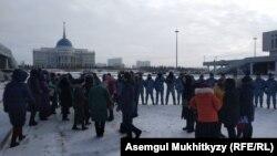 Спецподразделение полиции перегородило путь женщинам, направлявшимся к резиденции президента Казахстана. Нур-Султан, 13 января 2020 года.