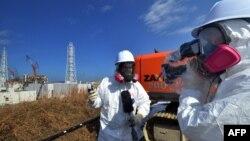 Мамандар Фукусима АЭС-нің маңында радиация деңгейін өлшеп жүр. Фукусима, 12 ақпан 2012 жыл. (Көрнекі сурет).
