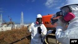 Gazetarët gjatë raportimit janë të pajisur me veshje kundër radioaktivitetit.