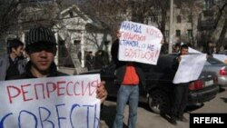 Picketers in support of jailed United People Movement leader Alikbek Jekshenkulov