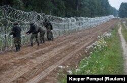 Épül a szögesdrótkerítés a lengyel-belarusz határon, Nomiki falu közelében, 2021- augusztus 26-án.