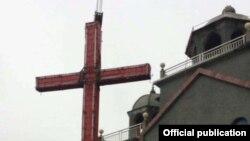 Рабочие снимают крест с церкви в провинции Шеньжень, фото hkci.org.hk