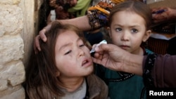 Një vajzë duke u vaksionuar në Pakistan.