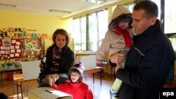 Некеге қатысты референдумға дауыс беруге келген отбасы. Загреб, 1 желтоқсан 2013 жыл.