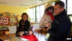 Хорватская семья голосует на референдуме по поправкам в Конституцию. Загреб, 1 декабря 2013 года.