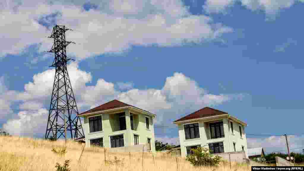 Кто-то решил построить похожие дома прямо возле высоковольтной сети