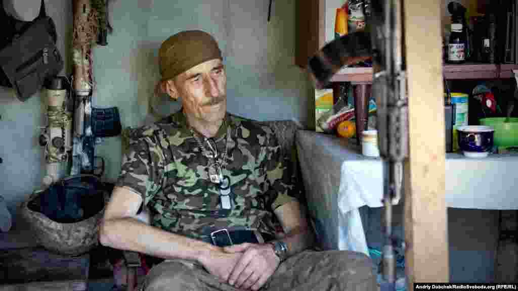 На этой позиции преимущественно пожилые солдаты. На фото позывной «Мамай». На войне с марта 2014 года. Мужчине 59 лет