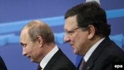 Ресей президенті Владимир Путин (сол жақта) мен Еуропа комиссиясының төрағасы Жозе Мануэль Баррозу.