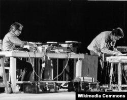 Джон Кейдж (справа) исполняет свою музыку на фестивале в Ширазе (1971)