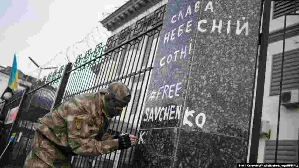«Рішучий» стріт-арт на паркані посольства Росії