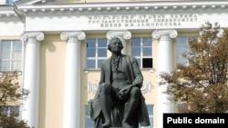 Памятник Михаилу Ломоносову у Факультета журналистики МГУ на Моховой улице в Москве