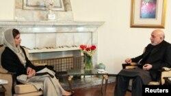 Owganystanyň prezidenti Hamid Karzaý Pakistanyň daşary işler ministri Hina Rabbani bilen Kabuldaky duşuşyk mahalynda, 2012-nji ýylyň 1-nji fewraly.