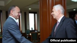 Министр обороны Армении Сейран Оганян (слева) и новый глава делегации ЕС в Армении, послом Петр Свитальски, Ереван, 29 октября 2015 г. (Фотография - пресс-служба Минобороны Армении)