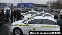 З аеропорту Бориспіль до Києва клієнтів возять на сучасних машинах, але це коштує недешево
