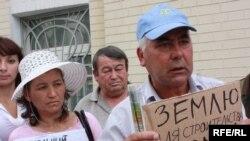 Кримські татари біля Адміністрації Президента вимагають вирішення земельного питання, 2 червня 2010 року