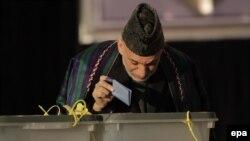 Президент Карзай отдает свой голос на президентских выборах 5 апреля 2014 года