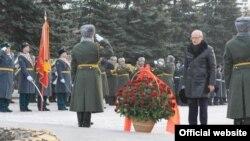 Рөстәм Хәмитов Мәңгелек ут алдына чәчкәләр сала, Уфа, 23 февраль 2012