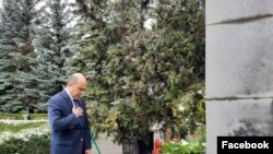 Эдмон Марукян возле хачкара в Ванадзоре, 24 апреля 2020 г.