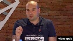 Уже к середине дня Мамука Бахтадзе в футболке с надписью «Образование. Национальная идея» отвечал на вопросы журналистов
