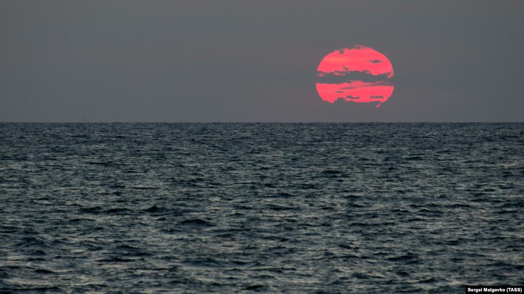 Захід сонця над Чорним морем на околицях мису Тарханкут. Скелясті обриви мису Тарханкут, вогненний захід сонця над Чорним морем і чарівне зоряне небо– в нашій фотогалереї