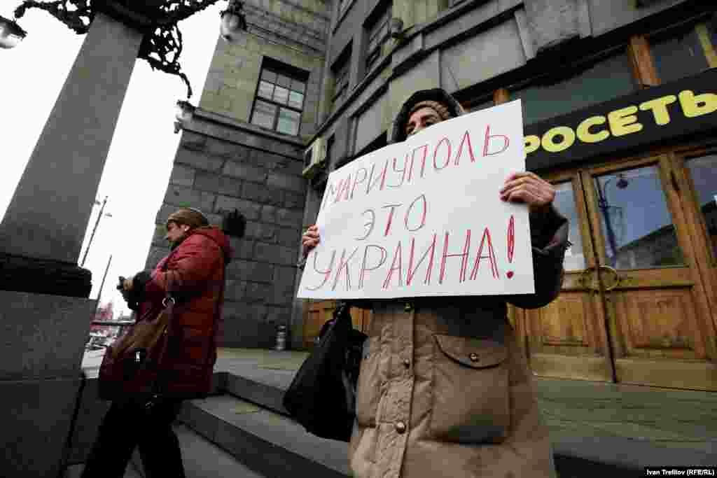 """Жалғыз адамдық наразылық пикетіне шыққан әйел """"Мариуполь - ол Украина"""" деген жазу ұстап тұр. Мәскеу, 19 сәуір 2015 жыл."""