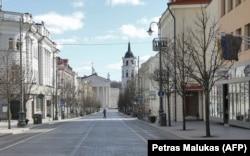 Опустевшие из-за эпидемии улицы Вильнюса