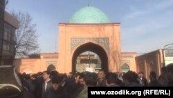 Обида Асомова похоронили 15 декабря на кладбище «Камолон» в Ташкенте.