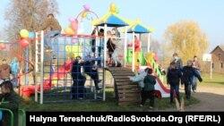 Вихованці реабілітаційно-навчального центру у Краковці на своєму майданчику