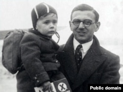 Николас Уинтон и один из спасенных им детей, 1939 год