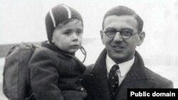 Ніколас Вінтон з врятованою дитиною