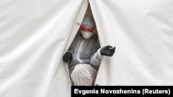 Bolničar izlazi iz trijažnog šatora ispred bolnice u Moskvi, maj 2020.