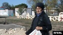 Председатель Алматинского областного филиала Коммунистической партии Людмила Гуляк возле постамента памятника Ленину. Талдыкорган.